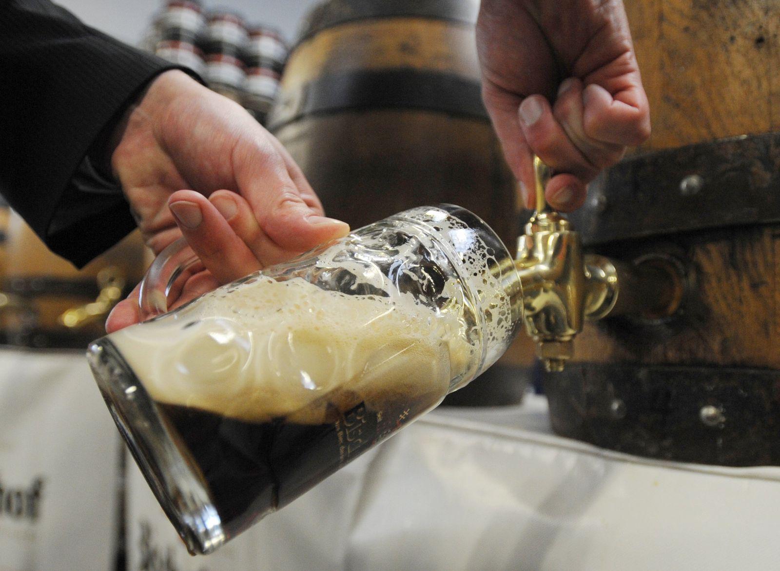 Bürgermeister lernen Bier-Anzapfen