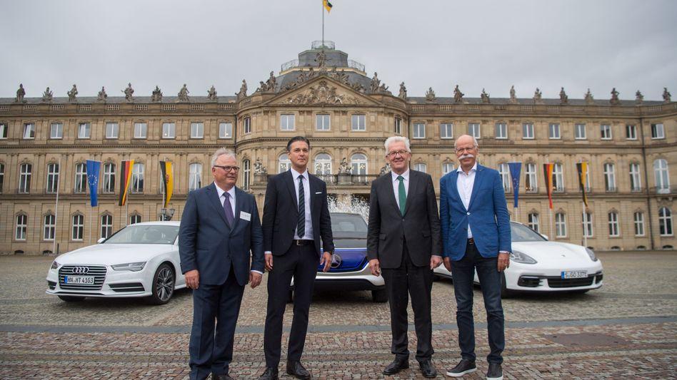 Schon länger auf Distanz: Baden-Württembergs Ministerpräsident Winfried Kretschmann (Grüne) mit Lutz Mesche, Finanzvorstand der Porsche AG, und Hubert Waltl, damaliger Produktionsvorstand bei Audi, bei einem Treffen im Mai vergangenen Jahres