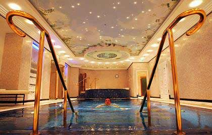 Wellness pur: Im Hotel Ritz-Carlton in Berlin geht es edel zu. Der Swimming-Pool ist mit Blattgold umrandet.