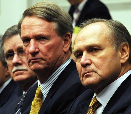 Kaputtsparer: Inzwischen musste Rick Wagoner (Mitte) den einst strahlenden Weltmarktführer GM auf Druck der US-Regierung verlassen