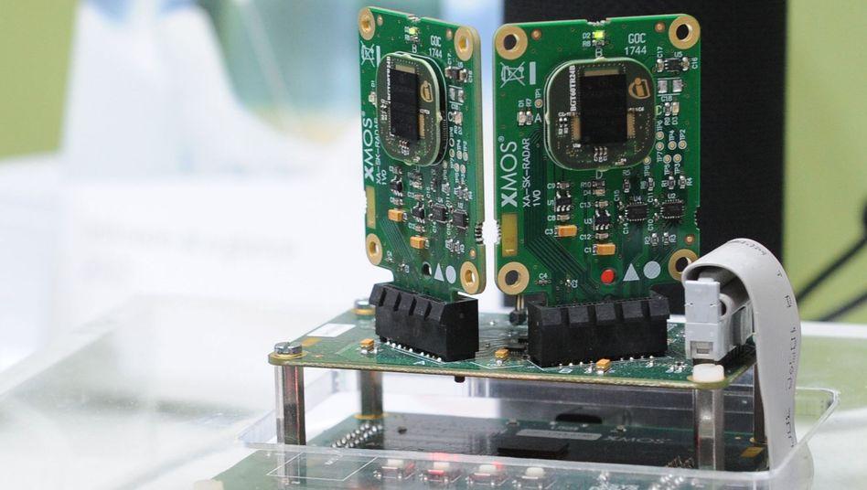 Der Chipkonzern Infineon demonstriert ein Radar-System, mit dem vernetzte Lautsprecher die Position von Nutzern im Raum erkennen sollen. Infineon ist größter deutscher Chiphersteller, doch den Markt für Halbleiter beherrschen die Wettbewerber.