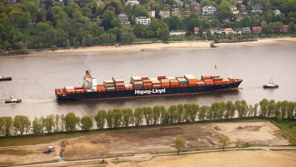 Containerschiff von Hapag-Lloyd auf der Elbe.