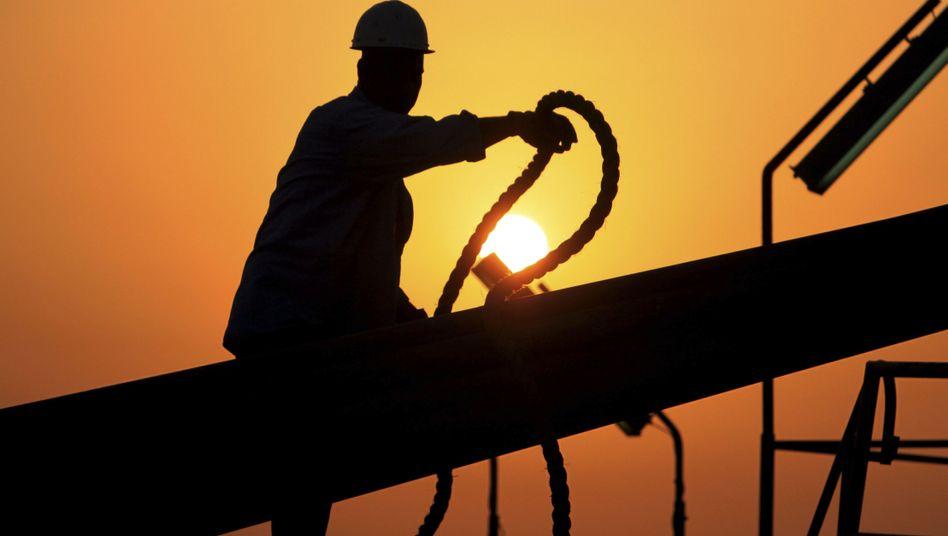 Arbeiter auf einem Ölfeld: Hat Exxon Informationen zurückgehalten?