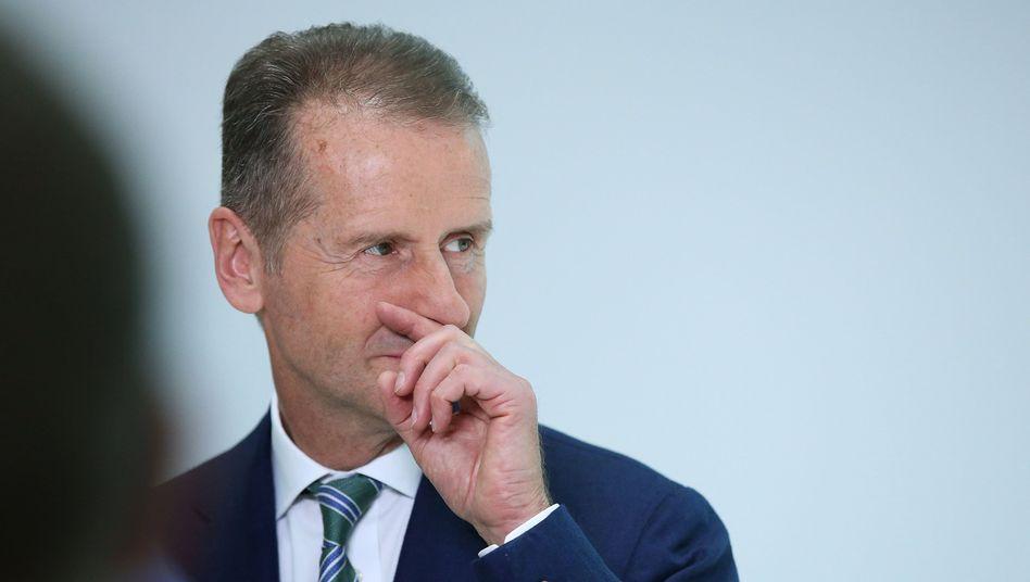 Digitaler Kämpfer: VW-Konzernchef Herbert Diess wirbt in einem LinkedIn-Beitrag für seine Managementfähigkeiten - und spricht Probleme erstaunlich offen an