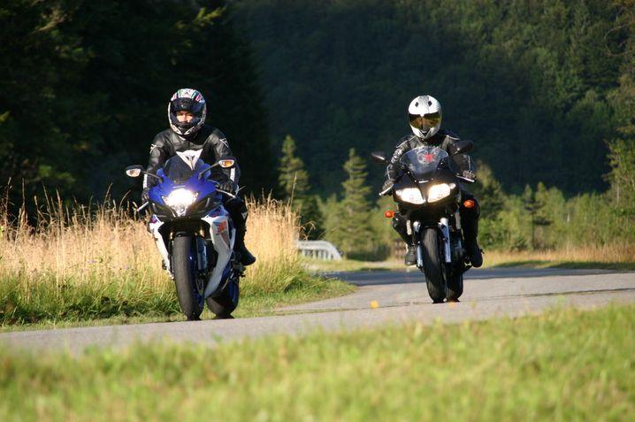 Motorradfahrer in den Ammergauer Alpen: Dort führt die Straße über den Ammersattel durch meist idyllische Natur.