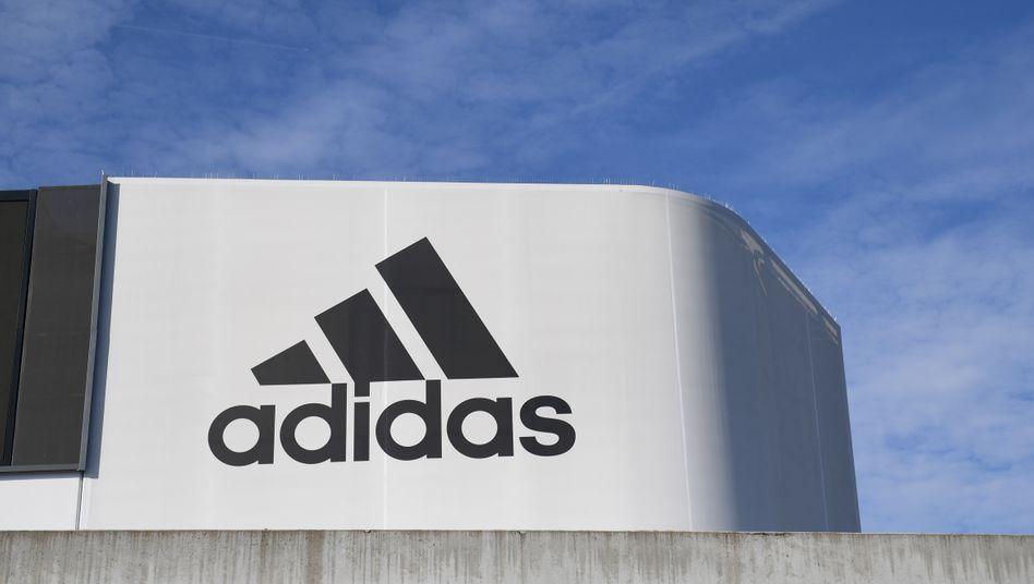 Adidas-Logo auf der Konzernzentrale in Herzogenaurach
